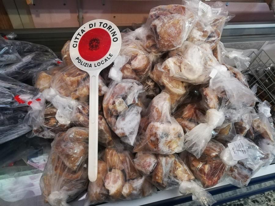 Torino, oltre 100 kg di carne e pesce mal conservati in un minimarket