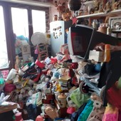 """10 tonnellate di stracci e scarafaggi in un alloggio Atc di Torino: intervenuti i """"civich"""" per lo sgombero"""