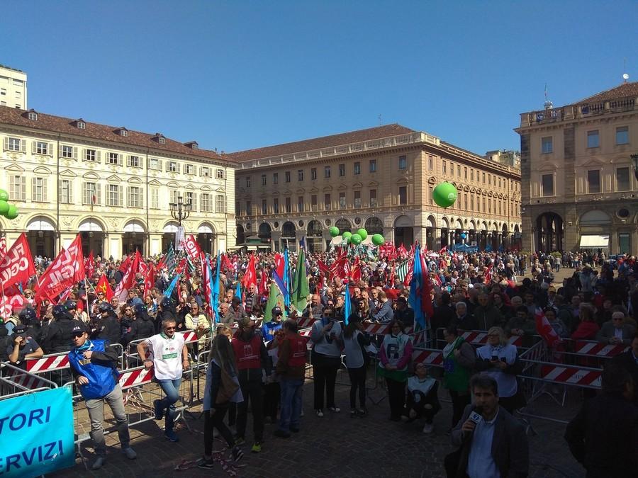 Torino, Primo Maggio: la Festa dei Lavoratori. Il corteo in via Roma e il comizio in piazza San Carlo