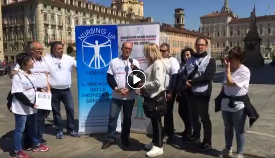 Manifestazione del sindacato infermieri Nursing Up contro il demansionamento. La protesta interessa diverse piazze italiane. A Torino le ragioni degli infermieri del Nursing Up in piazza Castelloa aTorino