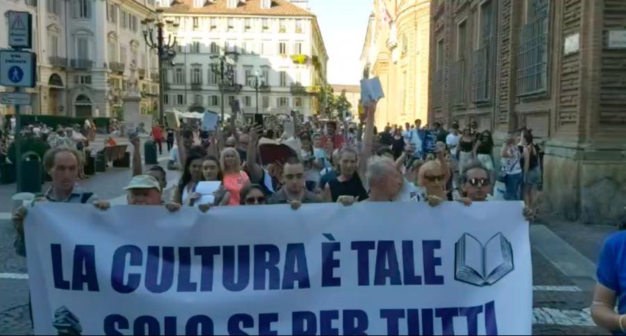 Torino, manifestazione per il diritto alla cultura contro il green pass