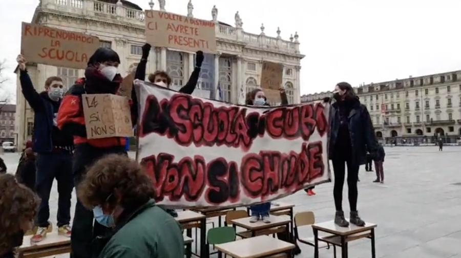 Torino, piazza Castello: protesta degli studenti contro la didattica a distanza