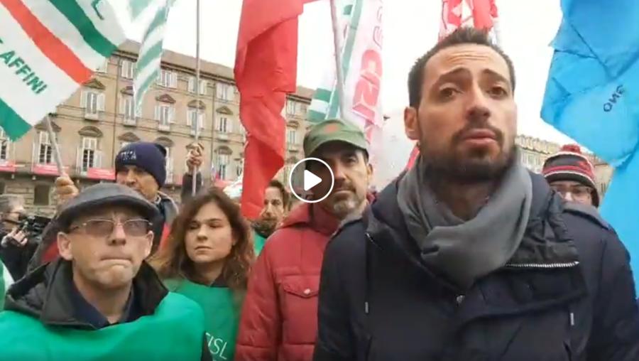 Manifestazione dei lavoratori del settore edile davanti alla prefettura di Torino.