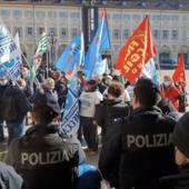 I lavoratori ex Embraco  in piazza San Carlo sotto gli uffici di Intesa Sanpaolo