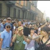 Torino, in migliaia sfilano per le vie del centro contro il Green Pass