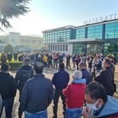 Presidio dei lavoratori Maserati ai cancelli dello stabilimento di Grugliasco che verrà chiuso